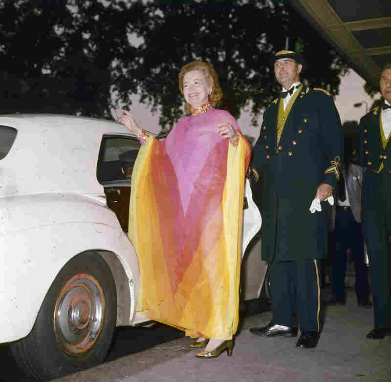 De Havilland leaves the Dorchester hotel in London for a 1971 dinner date with British Prime Minister Edward Heath.